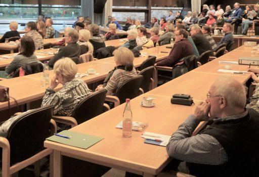 Voll besetzter Saal im Landratsamt Deggendorf