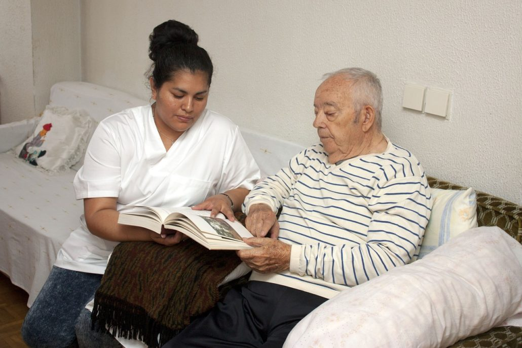 Schmerz und Demenz: Was bringen Schulungsprogramme für Pflegekräfte und Ärzt*innen?