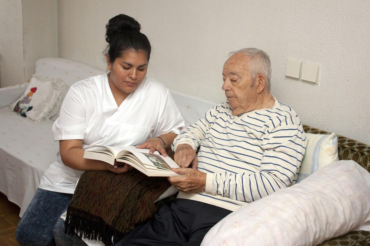 Große Wissenslücken bei der Therapie von Menschen mit Demenz und Hör- oder Sehbehinderungen