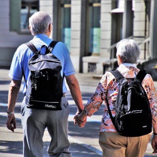 Älteres Paar beim Spaziergang, von hinten.