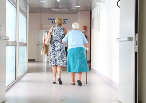 Demenz im Pflegeheim: Dämpfende Arzneimittel erhöhen Risiko von Sturzereignissen mit Verletzungsfolge