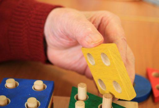 Hände mit Holzspielzeug
