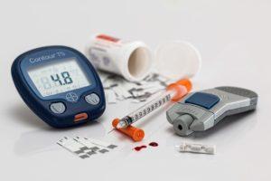 Gerät zum Messen des Blutzuckers, Spritze und Tabletten