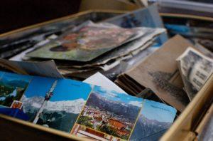 Stapel mit alten Postkarten und Fotos
