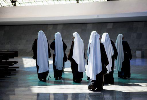 Gruppe von Ordensschwestern, von hinten.