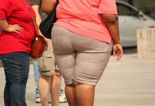 Fettleibige Frauen, zu sehen ist der Rumpf.