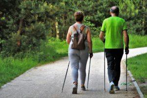 Frau und Mann beim Walken, von hinten.