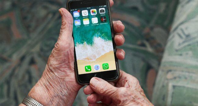 Technik-Fan oder Skeptiker: Wie stehen Menschen mit Demenz und Angehörige zu Smartphones und Co.?