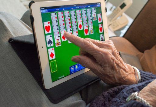 Älterer Mann bedient ein Tablet