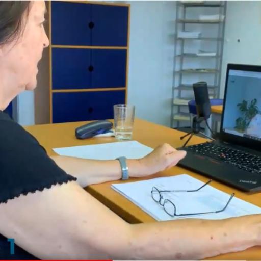 Frau spricht am Laptop via Videokonferenz mit einer anderen Frau.