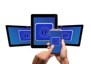 Smartphone und drei Tablets