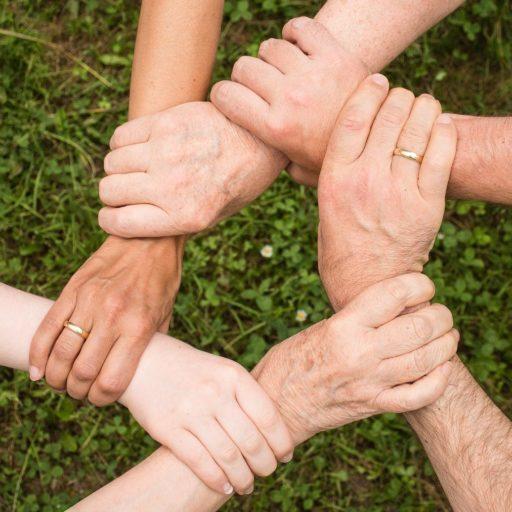 Kreis aus Händen, die sich festhalten