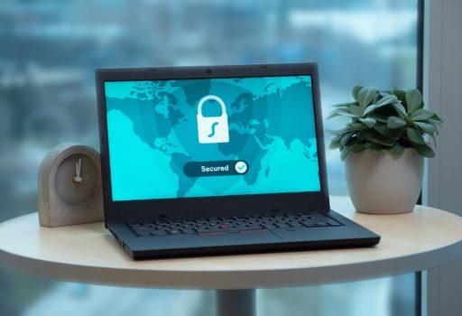 Laptop mit Schloss-Symbol auf dem Bildschirm