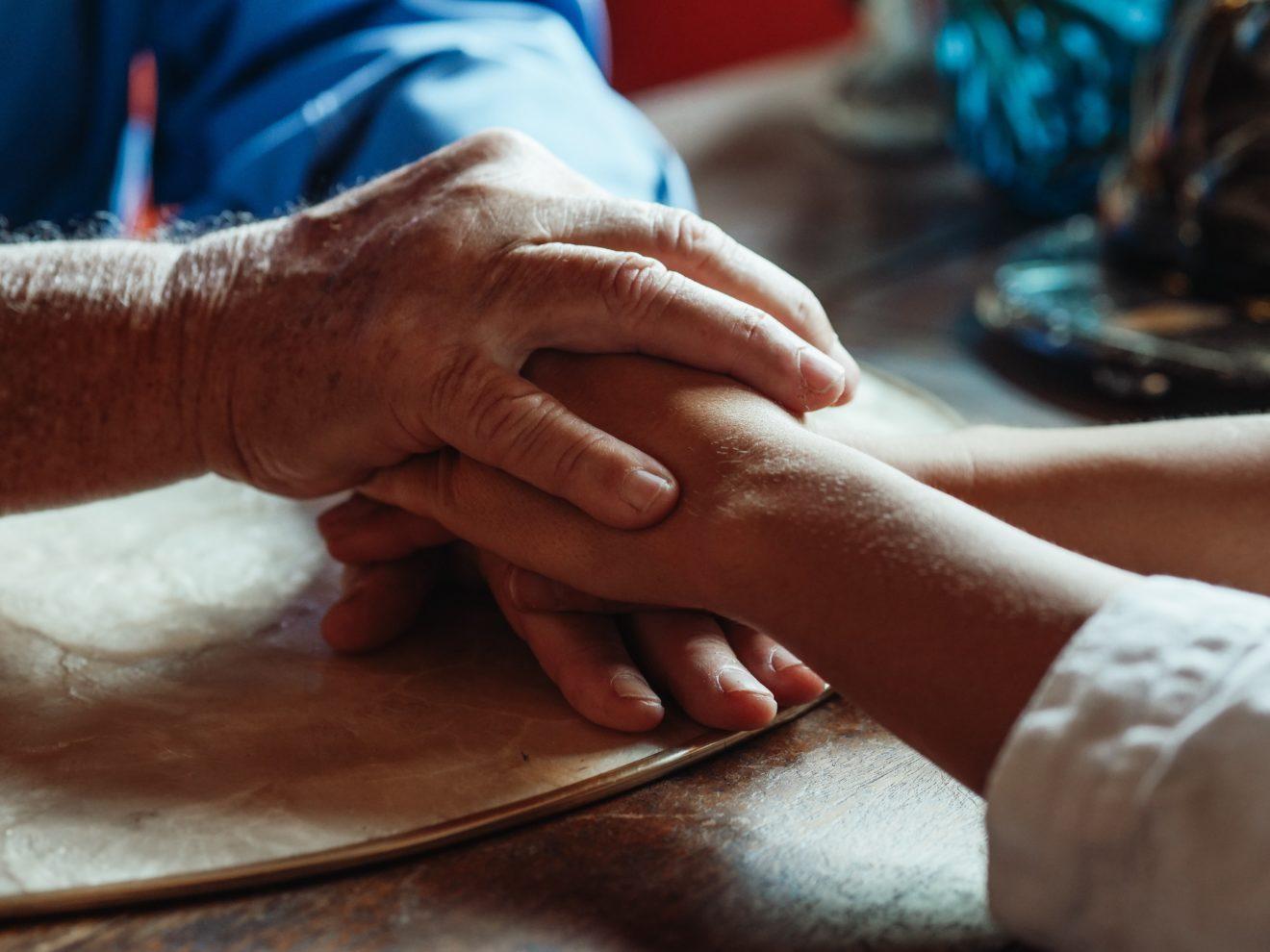 Pflege für Menschen mit Demenz und Schmerzen am Lebensende