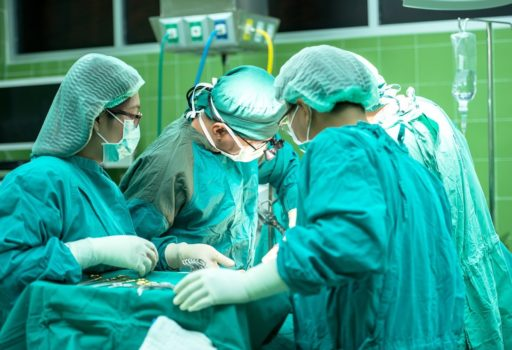 Ärzt*innen und Krankenschwestern am OP-Tisch