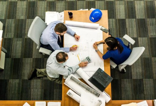 Mitarbeitende im Büro bei einer Besprechung