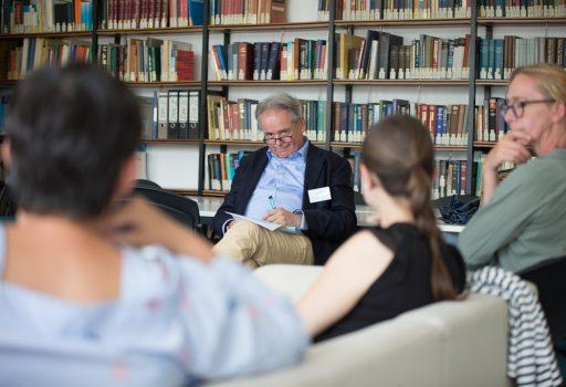 Professor Kolominsky-Rabas im Gespräch mit Gästen.