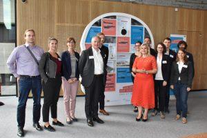 Bayerns Gesundheitsministerin Melanie Huml mit dem digiDEM Bayern-Team